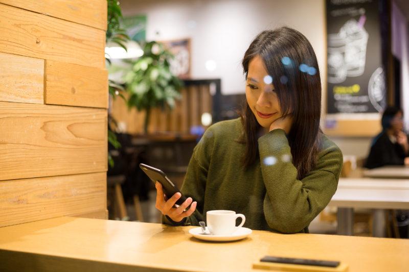 カフェでLINEする女性